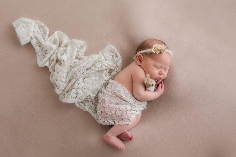 Nyföddfotografering i Linköping med bebis och nalle