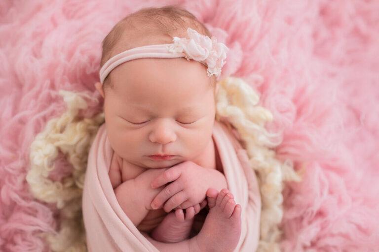 Nyföddfotografering i Linköping med rosa tema