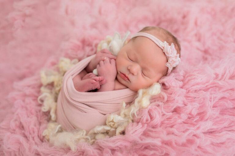 Nyföddfotografering i Linköping med rosa filt